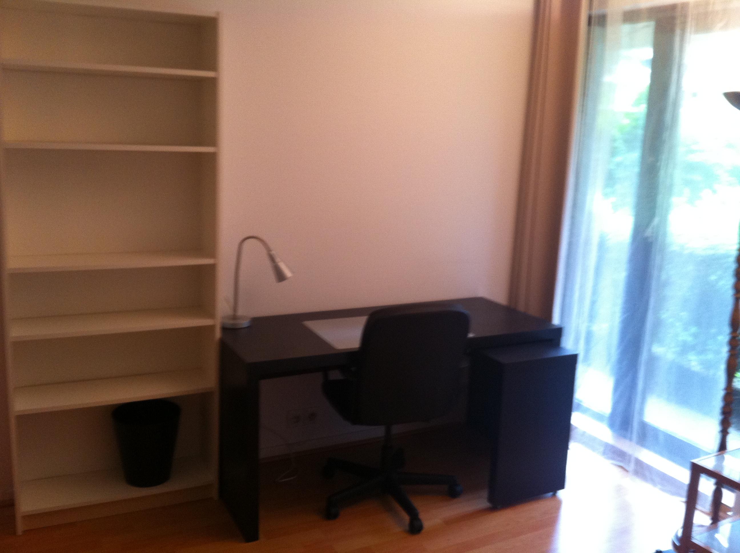 étagère et grand bureau